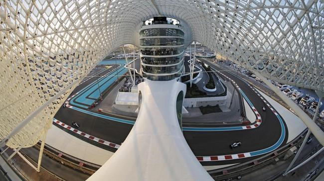 Pebalap Mercedes Nico Rosberg di tikungan pertama sirkuit Yas Marina, Abu Dhabi. (REUTERS/Thaier Al-Sudani)