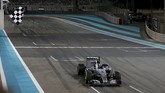 Pebalap Mercedes Nico Rosberg melintasi garis finis. Ia finis di urutan pertama setelah melalap 55 lap dalam waktu satu jam, 38 menit, dan 30,175 detik. (REUTERS/Hamad I Mohammed)