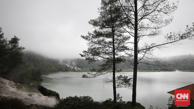Pengunjung cukup membayar tiket masuk seharga Rp5.000 per orang untuk mendapatkan hawa segar dan panorama alam yang memesona.(CNN Indonesia/Andry Novelino)