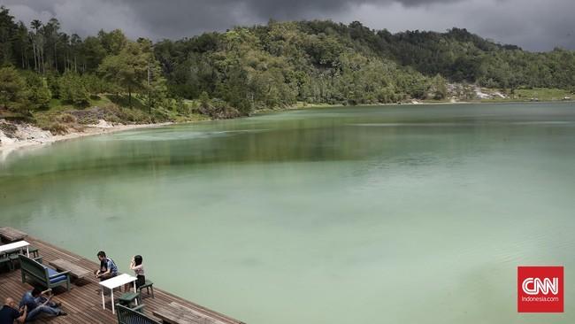 Di kawasan sekitar Danau Linow tercium aroma belerang yang cukup kuat. Di sana juga banyak ditemukan beberapa tempat pemandian air panas, yang bersumber dari Gunung Lokon.(CNN Indonesia/Andry Novelino)