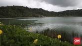 Danau ini unik karena waktu siang airnya warna-warni. Menuju ke danau ini harus melalui perjalanan berliku dan melewati perbukitan. Namun pemandangan asri danudara sejuk bisa mengusir kejenuhan.(CNN Indonesia/Andry Novelino)