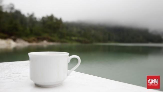 Pesona Danau Linow sangat pas dinikmati saat pagi atau sore hari. Sangat pas jika sembari ditemani secangkir kopi ataupun teh hangat.(CNN Indonesia/Andry Novelino)