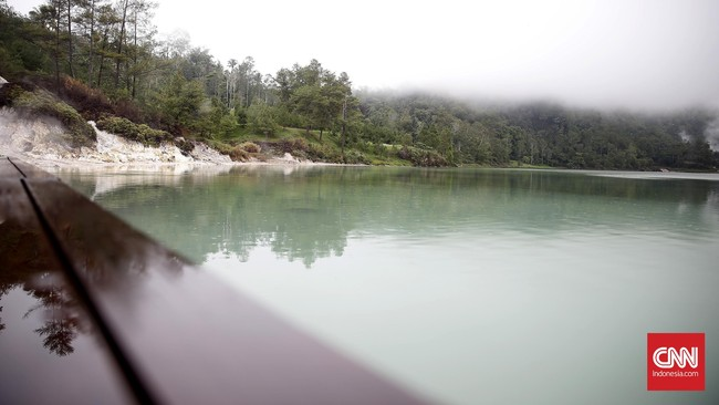 Penyebab lainnya oleh salah satu sisi danau terhubung langsung dengan sumber air yang mengandung belerang dan mengalir ke dalam danau.(CNN Indonesia/Andry Novelino)
