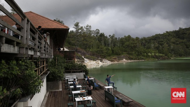 Warna Danau Linow bisa berubah-ubah, dari biru, hijau menjadi coklat kekuningan. Perubahan warna itu disebabkan tiga hal, yakni kandungan belerang di danau,pembiasan cahaya dan pantulan dari vegetasi di sekitar danau.(CNN Indonesia/Andry Novelino)