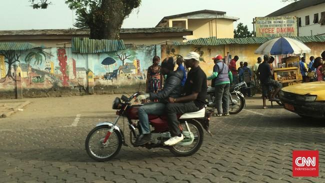 Seperti kehidupan masyarakat pada umumnya, penduduk Kamerun juga melakukan berbagai aktivitas lainnya seperti pergi ke sekolah, berkendara ke berbagai tempat. (Foto: CNN Indonesia/Christina Andika Setyanti)