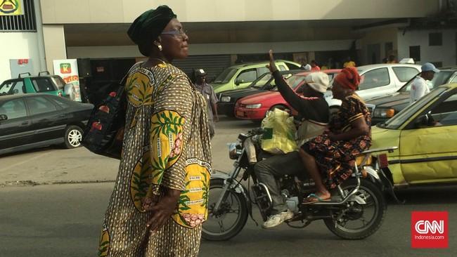 Perempuan paruh baya cukup sering terlihat menggunakan busana tradisional mereka yang disebut kabba. Bahannya juga terbuat dari batik. (Foto: CNN Indonesia/Christina Andika Setyani)