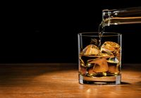 Kebiasaan minum alkohol juga bisa menyebabkan kerontokan rambut, baik pada laki-laki maupun perempuan. Foto: thinkstock