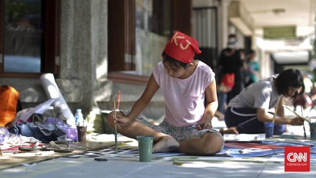 Sayangnya, tidak seluruh trotoar di Cikini yang dihiasi mural. Alasannya karena banyak trotoar sudah dalam keadaan rusak sehingga sulit dihias dengan cat.(CNN Indonesia/Adhi Wicaksono)