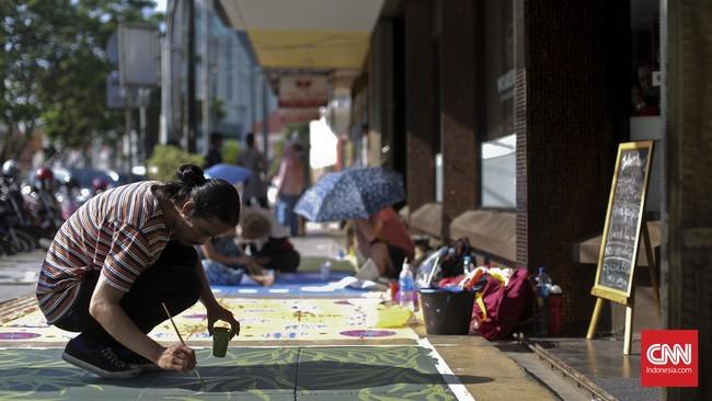 Sontak, jalur pejalan kaki yang biasanya muram dan kelabu, berubah warna-warni. Semua merupakan hasil karya para mahasiswa Fakultas Seni Rupa Institut Kesenian Jakarta.(CNN Indonesia/Adhi Wicaksono)