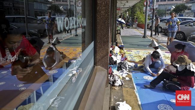 Selain itu, warna-warni mural di sepanjang trotoar Cikini tersebut juga diharapkan bisa meningkatkan kunjungan wisatawan ke Cikini.(CNN Indonesia/Adhi Wicaksono)