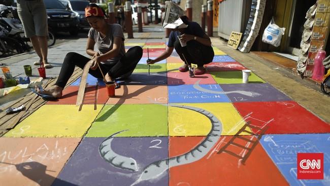 Motif dan bentuknya pun beragam. Ada yang melukis bunga-bunga bersulur, batik, hingga permainan tradisional seperti ular tangga dan congklak.(CNN Indonesia/Adhi Wicaksono)