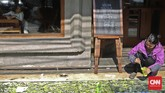 Berbekal kuas dan cat, mereka menggambar di atas jalur pejalan kaki di Cikini. Mulai dari Kantor Pos ke arah Taman Ismail Marzuki.(CNN Indonesia/Adhi Wicaksono)