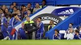 Dokter tim Chelsea Eva Carneiro (kedua dari kiri) berjalan menuju lorong, sementara Jose Mourinho memberi kode kepadanya. Perseteruan Mourinho dengan Carneiro pada 9 Agustus 2015 diduga menjadi titik awal buruknya Chelsea separuh musim ini. (Reuters / Andrew Couldridg)
