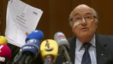 Nasib Sepp Blatter sebagai presiden FIFA berakhir sebelum waktunya ia memutuskan mundur pada Februari tahun depan. Pasalnya, Komite Etik FIFA memutuskan mengasingkan Blatter dari sepak bola dan kegiatan terkait selama delapan tahun. (REUTERS/Arnd Wiegmann)
