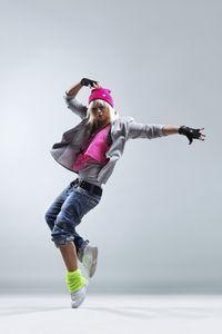 Siapa suka menari? Menari tak hanya buat hati senang tapi termasuk salah satu aktivitas yang mungkin Anda lakukan untuk membakar lemak. Tubuh sehat, hati pun senang. Foto: ist