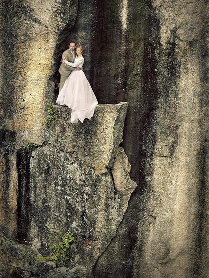 Pasangan Ini Buat Foto Pernikahan Mendebarkan di Atas Tebing, Berani Coba?