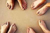 Menggunakan alkohol juga dapat menyingkirkan bau kaki. Bersihkan kaki, kemudian gosok kaki dengan menggunakan kapas yang telah dicelupkan ke dalam alkohol. Foto: Thinkstock