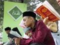 Warga Aceh Berzikir di Kuburan Massal Korban Tsunami
