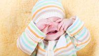 Anak terlihat tidak nyaman di bawah sinar matahari. Anak dengan katarak juga sering terlihat cemberut dan menyipitkan mata jika berada di tempat terang. Foto: Thinkstock