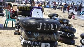 Polisi Jaga Kawasan Anyer yang Tutup saat Libur Lebaran