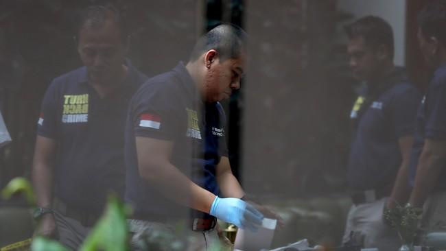 Polisi terus melengkapi alat bukti untuk dapat mengungkap kasus kematian Mirna, termasuk memburu siapa pelakunya dan apa motifnya. (CNN Indonesia/Safir Makki)