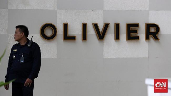 Olivier Cafe dijaga ketat petugas. Salah seorang pegawai di kafe itu mencicip setetes kopi Mirna, dan langsung merasa mual. Setengah jam kemudian, ia muntah. (CNN Indonesia/Safir Makki)
