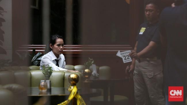 Baru satu sedot meminum es kopi Vietnamese, Mirna kejang-kejang. Ia dibawa ke klinik yang berada di mal Grand Indonesia, lalu dilarikan ke rumah sakit. Namun nyawanya tak tertolong. (CNN Indonesia/Safir Makki