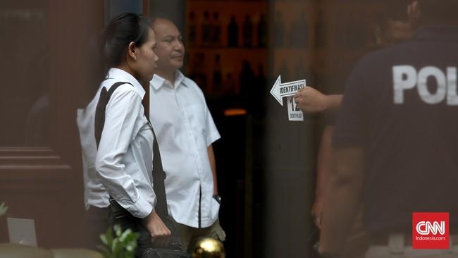 Polisi mencoba melakukan analisis ilmiah dengan meneliti sampel kandungan dari lambung, hati, dan empedu Mirna. Kopi Mirna pun harus diteliti lagi. (CNN Indonesia/Safir Makki)