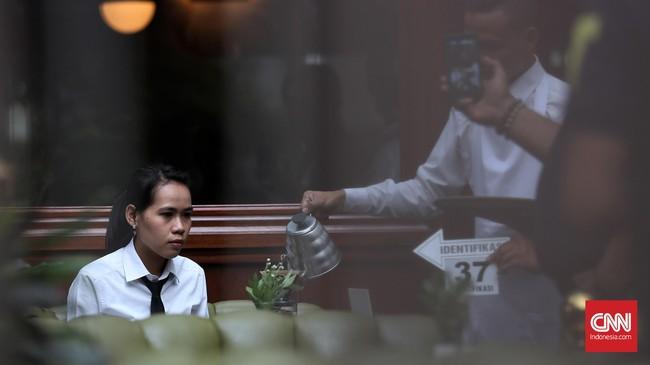 Polisi menggelar prarekonstruksi perkara kematian Mirna, perempuan 27 tahun asal Sunter, Jakarta Utara. Mirna tewas usai menyesap kopi di Olivier Cafe, Grand Indonesia Shopping Town, Jakarta Pusat. (CNN Indonesia/Safir Makki)