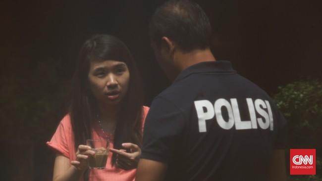 Sahabat dan keluarga Mirna hadir dalam prarekonstruksi di Olivier Cafe, Grand Indonesia. (CNN Indonesia/Safir Makki)
