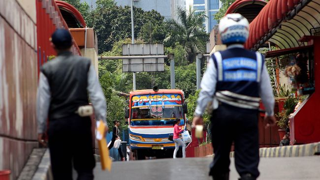 Setia Membelah Jakarta di Tengah Serbuan Transportasi Online