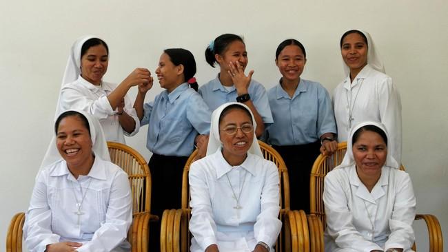 """Selain menemui para biarawati di Biara Wajah Kudus, pengalaman tak terlupakan lain Peksi Cahyo di Ende, Nusa Tenggara, yaitu menyantap buah yang selama ini dihindari. """"Pagi, disuguhi pisang oleh tuan rumah, saya harus makan, ternyata rasa pisang enak."""""""
