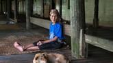 """Saat menjejakkan kaki di Putussibau, Kalimantan Barat, Edy Purnomo menjumpai """"raksasa,"""" dari wilayah konservasi terbesar se-Indonesia sampai danau terbesar se-Asia. Ia juga merasakan kedamaian di rumah Betang Malapi, di pinggir Sungai Kapuas."""