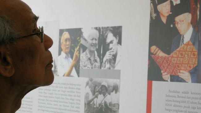 Foto ikonik hasil bidikan Logo saat mengantar ayahnya menemui sejarawan J.J. Rizal di sebuah museum di kawasan Menteng, Jakarta, sekitar 2008. Tampak Sitor menyimak kisah bersejarah lengsernya Soeharto sebagai Presiden RI, pada 1998.