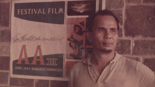 """Sitor Situmorang dikenal sebagai penulis """"berbahaya"""" yang ditakuti rezim Orde Baru. Semasa hidup, ia juga berkiprah di ranah film sebagai penulis naskah. Dua di antaranya, film Darah dan Doa (The Long March, 1950), juga Bulan di atas Kuburan (1973)."""