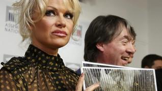Demi Angsa, Pamela Anderson Bikin Heboh Parlemen Prancis
