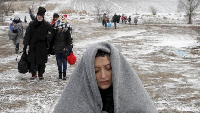 Untuk sampai di Presevo, para pengungsi menggunakan bus atau kereta. Tapi mereka harus lebih dulu berjalan sekitar 10 kilometer menuju perbatasan Serbia. Setelah sampai di kota Miratovac, Serbia, mereka naik bus gratis menuju Presevo. (Reuters/Marko Djurica)