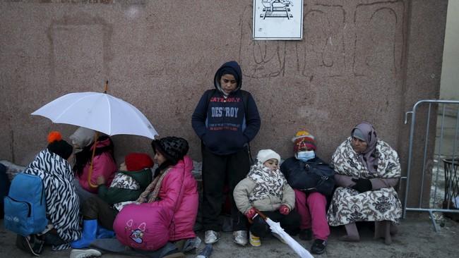 Cuaca dingin di Serbia bisa mencapai -10 derajat Celcius. Di tengah suku beku, para pengungsi terancam hipotermia dan radang dingin selama dalam perjalanan. (Reuters/Marko Djurica)