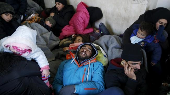 Pengungsi menunggu kereta menuju Kroasia di stasiun Presevo, Serbia, di tengah musim dingin. Menurut laporan UNICEF, berjalan di kedinginan membuat anak-anak kelelahan, ketakutan dan butuh perawatan medis. (Reuters/Marko Djurica)
