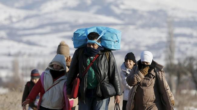 Serbia menyediakan tempat penampungan di bekas pabrik, hotel dan bangunan di seluruh negeri untuk para pengungsi yang terjebak kedinginan. (Reuters/Marko Djurica)