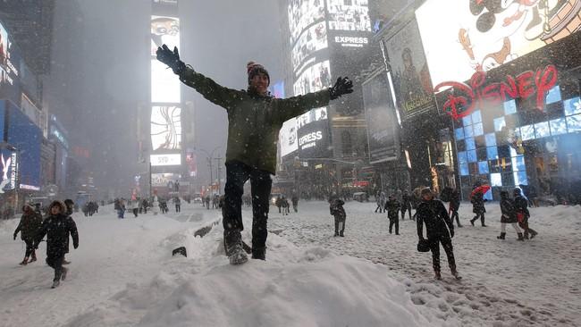 Sebanyak 11 negara bagian mengeluarkan peringatan bencana bagi warganya. Di New York, ruas jalan Times Square tidak diselimuti salju tebal. (Reuters/Carlo Allegri)