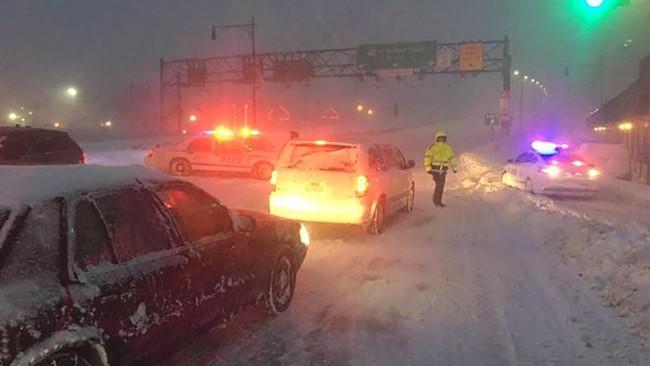 Total ada 14 orang meninggal dunia di negara bagian Virginia, New York dan Maryland akibat kecelakaan lalu lintas yang disebabkan oleh salju. (REUTERS/New York City Police Department)