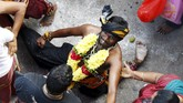 Sebelum festival, biasanya umat Hindu mengawali dengan berdoa, menjauhkan diri dari seks, bahkan melakukan diet vegetarian selama berminggu-minggu.