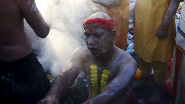 Selain memberi persembahan dan berdoa, pada festival itu mereka juga mencukur rambut sebagai perlambang pengabdian.