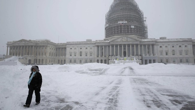 Salju tebal juga menutupi landasan pacu bandara, membuat lebih dari 6.680 penerbangan dibatalkan pada Sabtu dan Minggu akhir pekan ini. (Reuters/Jonathan Ernst)