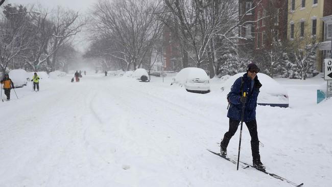 Badan Cuaca Nasional AS menyebutkan tiupan angin mencapai kecepatan sekitar 40 hingga 80 km/jam. (Reuters/Carlo Allegri)