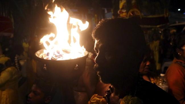Umat Hindu menapak tilas menuju Batu Caves sembari mendaraskan doa-doa bagi dewa-dewa dan leluhur mereka.