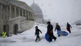 Kota di sepanjang pantai timur Amerika Serikat tengah diselimuti salju tebal. Badai salju ini diperkirakan akan menjadi yang terbesar dalam musim dingin ini. (Reuters/Jonathan Ernst)