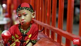 Kelenteng ini tak cuma diramaikan oleh orang dewasa saja, namun seorang bocah mengenakan pakaian khas China juga ikut berdoa di kelenteng. (CNN Indonesia/Safir Makki)
