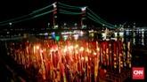 Ratusan hio ini dibakar bersama-sama dan terlihat indah menerangi langit malam kota Palembang. (CNN Indonesia/Safir Makki)